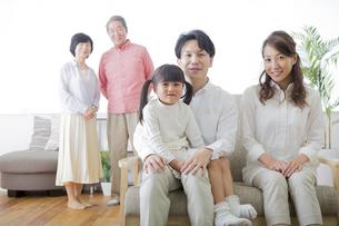 団欒する家族 FYI00024127