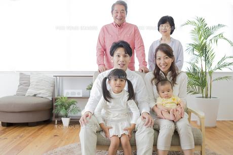 団欒する家族 FYI00024132