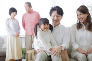 団欒する家族 FYI00024135