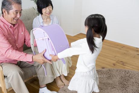 孫にプレゼントをする老夫婦の素材 [FYI00024143]