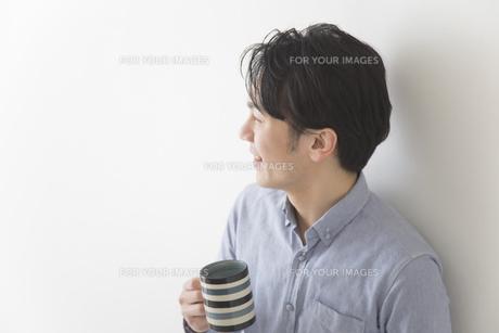 コーヒーを飲む男性の素材 [FYI00024232]