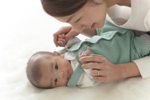 赤ちゃんを寝かしつける女性の素材 [FYI00024294]