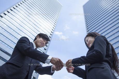 若い会社員の男女 FYI00024368