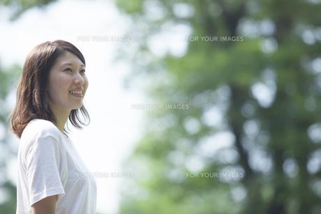 微笑む女子学生 FYI00024428