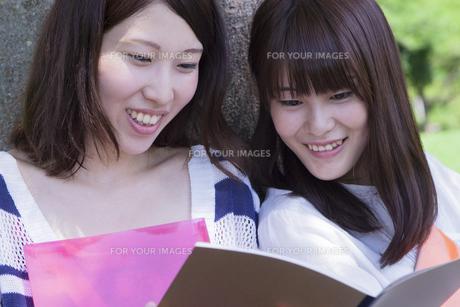 楽しげな女子学生達 FYI00024452