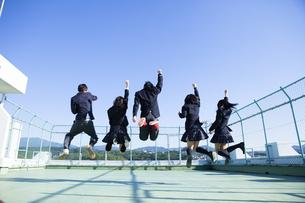 屋上ではしゃぐ高校生たち FYI00024479