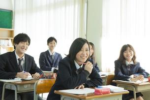 授業を受ける高校生たち FYI00024490