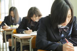 授業を受ける女子高生の素材 [FYI00024505]