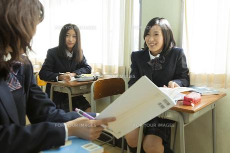 授業中の女子高生 FYI00024507