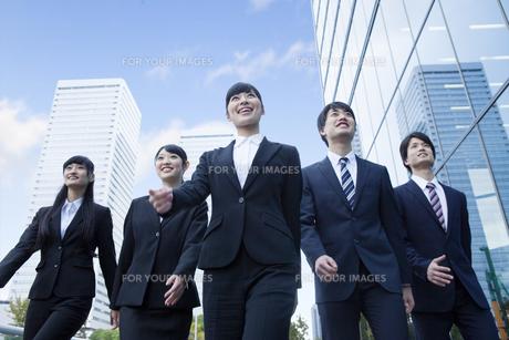 オフィスを歩く新社会人 FYI00024580