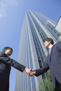 握手をするビジネスマン FYI00024584