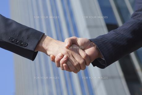 握手をする男性の手元 FYI00024587