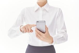 スマートフォンを使う女性 FYI00024910