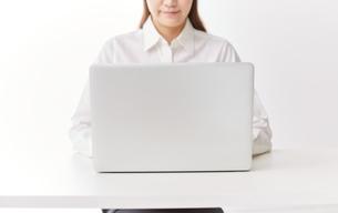 パソコンを使う女性 FYI00024933