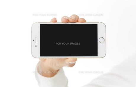 スマートフォンを使う女性 FYI00024934