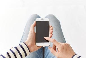 スマートフォンを使う女性 FYI00024946