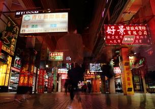 夜の香港の街中 FYI00024971