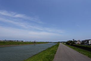 川と土手と青空 FYI00024974