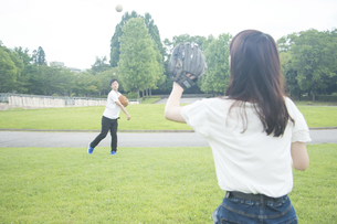 キャッチボールするカップル FYI00025001