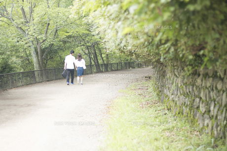 手をつなぎ道を歩くカップルの素材 [FYI00025002]