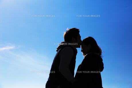 妻のおでこにキスをする夫 FYI00025069