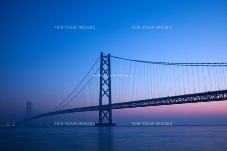 明石海峡大橋の夜明け FYI00025078