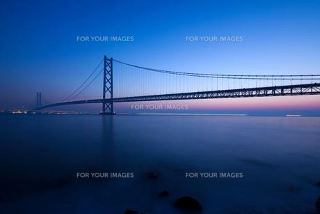 明石海峡大橋の夜明け FYI00025082