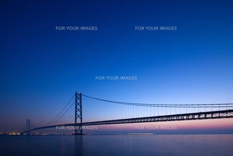 明石海峡大橋の夜明け FYI00025090