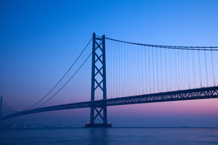 明石海峡大橋の夜明け FYI00025091