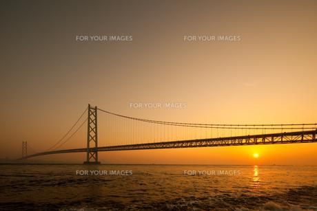 明石海峡大橋の日の出 FYI00025098