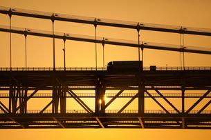 明石海峡大橋を渡るトラック FYI00025104