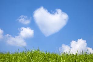 草原とハートの雲 FYI00025521
