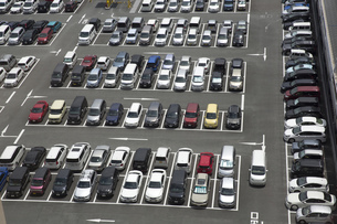 混雑する駐車場 FYI00026114