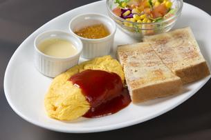 オムレツとパンの朝食 FYI00026781