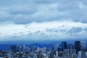 台風が近づく町並み FYI00026789