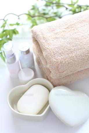 基礎化粧品とタオル FYI00028110