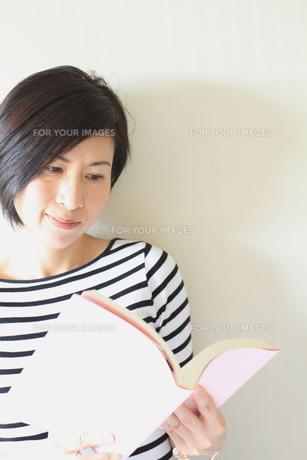 女性の読書タイム FYI00029206
