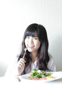 朝食中の女子高生 FYI00029220