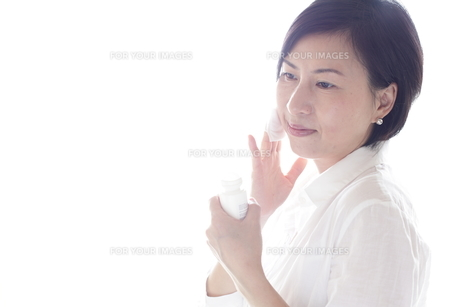 化粧している女性 FYI00029262