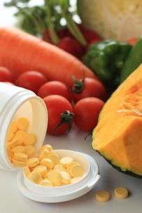 野菜とビタミン剤 FYI00031017
