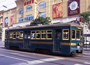 大連市街を走る路面電車 FYI00035370