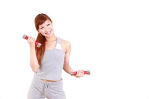ダンベルでトレーニングをする女性 FYI00035752