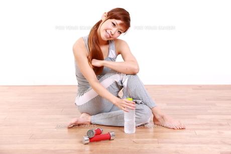トレーニングを休憩する女性 FYI00035776