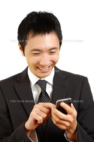 スマートフォンを使うビジネスマン FYI00036117