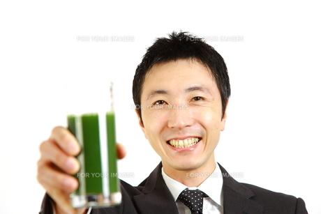 青汁を飲むビジネスマン FYI00036126