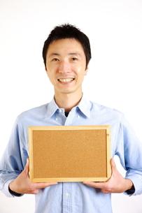 メッセージボードを持った笑顔の男性 FYI00036205