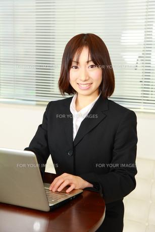 仕事をするビジネスウーマン FYI00036270
