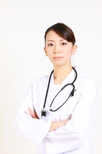 真剣な女性医師 FYI00036346