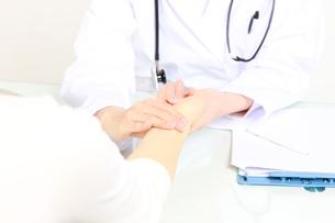 患者を診察する医師 FYI00036428