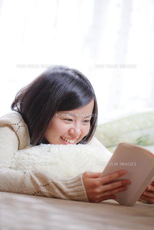 読書する女子 FYI00039099
